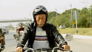 大眾銀行以「不平凡的平凡大眾」為主要訊息,5個平均年紀81歲的老友,憑著年輕時的夢想,展開一場13天的騎車環島旅程。(photo by 網路截圖)